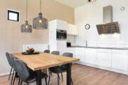 Eethoek en witte keuken in het huisje van Landal