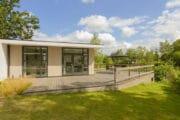 Moderne lodge met veranda met tuinmeubilair
