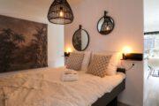 Slaapkamer met spiegels boven het bed