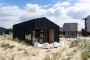 Zwarte design vakantiehuizen in de duinen bij Zandvoort