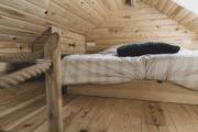 Vide met een tweepersoons bed in de boomhut