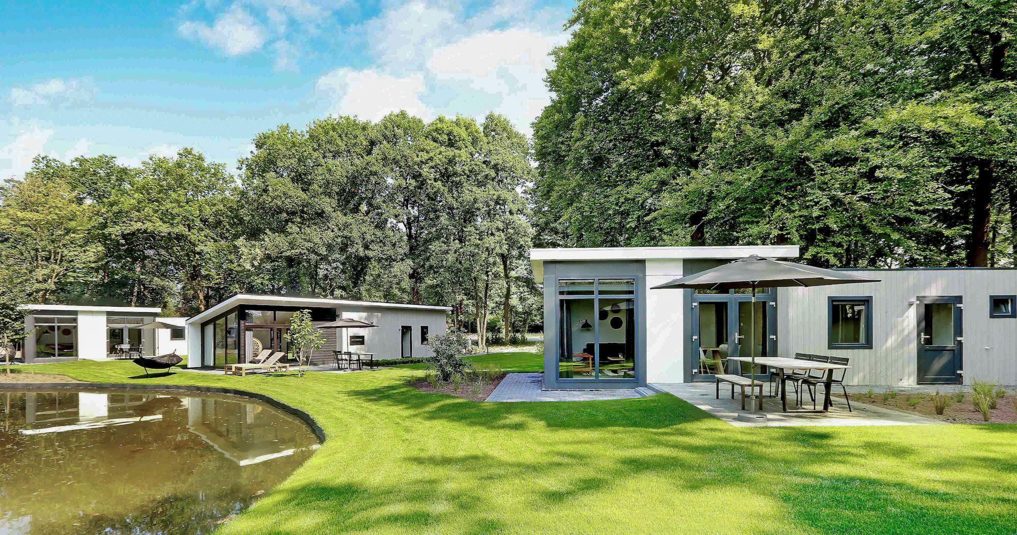 Huisjes aan de waterkant op een park van Landal
