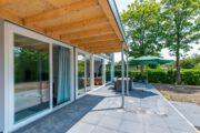 Overdekt terras bij het vakantiehuis in Zeeland