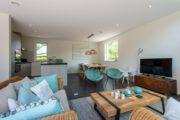 Zithoek met banken en fauteuils in vakantiehuis in Zeeland