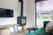 Zithoek in de Wellness Lodge met gashaard, televisie en poef
