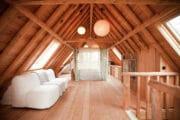 De cottage in Bergen heeft een hemelbed voor 2 personen