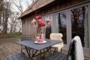 De cottage in Bergen heeft een terras met tuinset