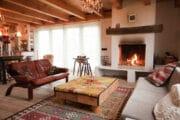 De cottage in Bergen heeft een sfeervolle woonkamer met houtkachel