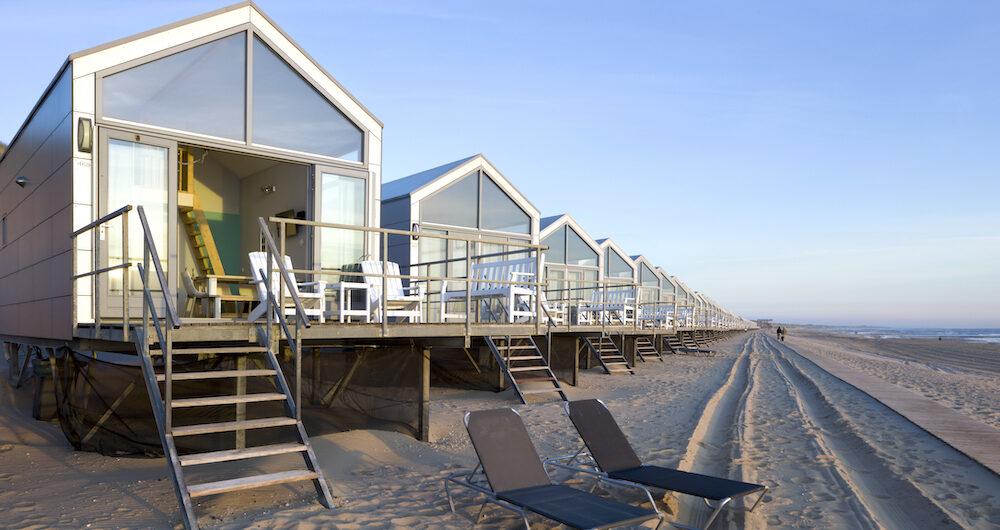 Rijtje met strandhuisjes op het strand in Julianadorp