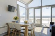 Woonkamer met mooi uitzicht bij strandhuisjes in Julianadorp