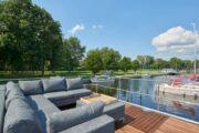 Terras met loungeset op het dek van de havenlodge van Marina Parcs