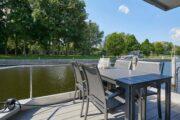 Het terras van de havenlodge van Marina Parcs