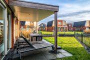 Verblijf met terras bij vakantiehuis Sneekermeer