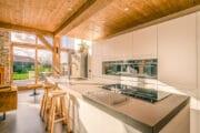 De vakantievilla op Texel heeft een luxe keuken met kookeiland