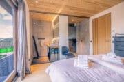 De vakantievilla op Texel heeft luxe slaapkamers met en suite badkamers