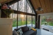 Het vakantiehuisje in Biggekerke heeft grote ramen met uitzicht op de tuin