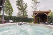 Whirlpool met bubbelend water in de tuin van het vakantiehuis