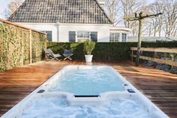 Zwembad en whirlpool in de tuin van het vakantiehuis