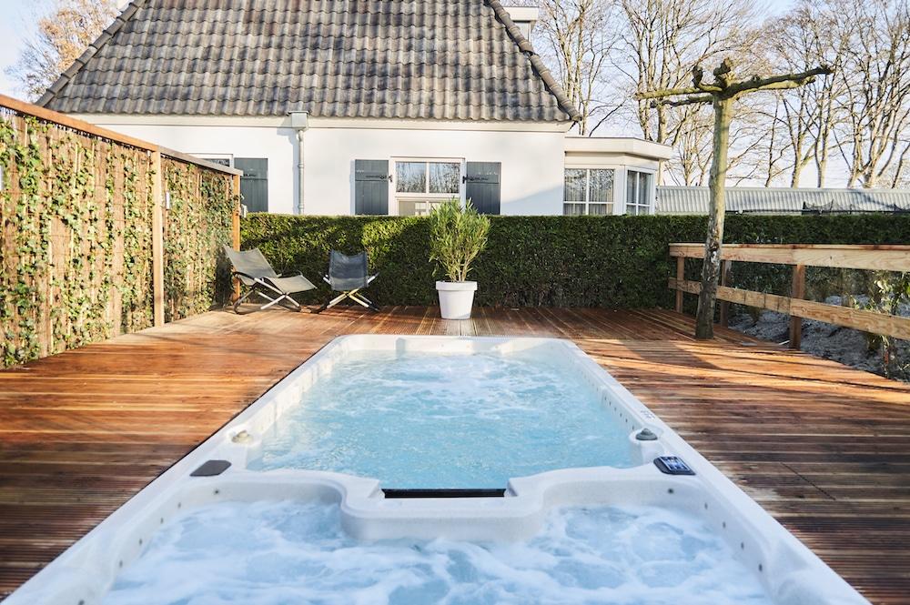 Zwembad en whirlpool in de tuin van vakantiehuis in Kaatsheuvel